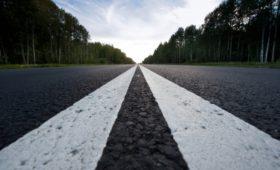 В жару без колеи: тяжеловозам запретили ездить по трассам днём