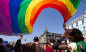 Почти половина россиян выступила за равные права для геев