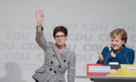 Преемница Меркель исключила возможность ее досрочной смены как канцлера