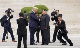 Трамп стал первым ступившим на землю Северной Кореи президентом США