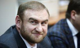 Арашуков сообщил об обвинениях в убийстве из-за плевка в его портрет