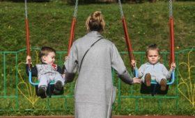 Медведев предложил поднять пособие по уходу за ребенком с 50 руб.