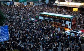 Сотни тысяч гонконгцев вышли на акции протеста против сужения их прав