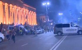 Полиция у парламента Грузии открыла стрельбу резиновыми пулями