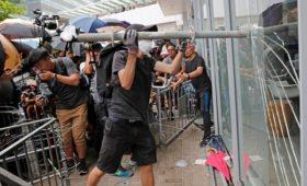 Протестующие попытались штурмовать парламент Гонконга