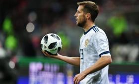 Российский футболист открыл бутылку ударом помячу