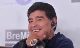 Диего Марадона впервые встал наноги после операции наколене