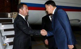 Медведев приехал в Киргизию в день задержания Атамбаева