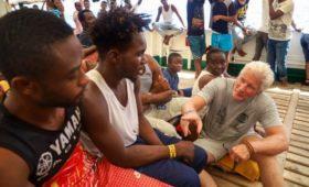 Глава МВД Италии раскритиковал Ричарда Гира за акцию с  мигрантами