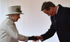 СМИ узнали о недовольстве во дворце оглаской Кэмероном беседы с королевой
