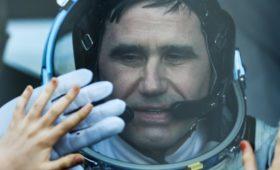 СМИ сообщили об отказе космонавту в должности из-за жены-американки