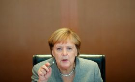 Меркель потребовала дальнейших шагов для снятия санкций с России