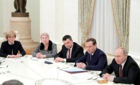 Путин счел полезной для страны работу правительства Медведева