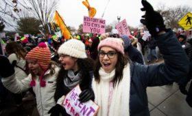 Национальный архив США извинился за убранное с фото протестов имя Трампа
