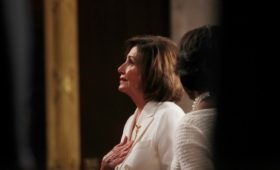 Пелоси объяснила молитвы за Трампа его сходом с конституционного пути