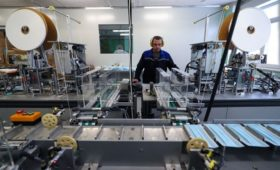 Мантуров назвал возможным троекратный рост производства медицинских масок