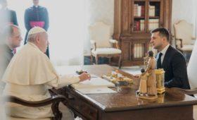 Зеленский попросил папу римского помочь в освобождении пленных в Донбассе