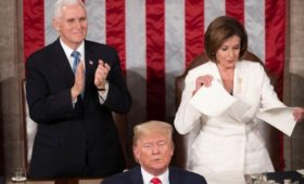 Трамп обвинил Пелоси в нарушении закона из-за разорванного текста речи