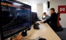Индексы Московской биржи показали сильнейшее почти за два года падение