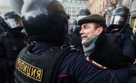 Удальцова и Пономарева задержали во время акции у здания ФСБ в Москве