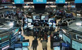 Торги на биржах в США приостановили после открытия резким падением