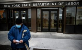 Количество безработных в США выросло на рекордные 6,6 млн за неделю